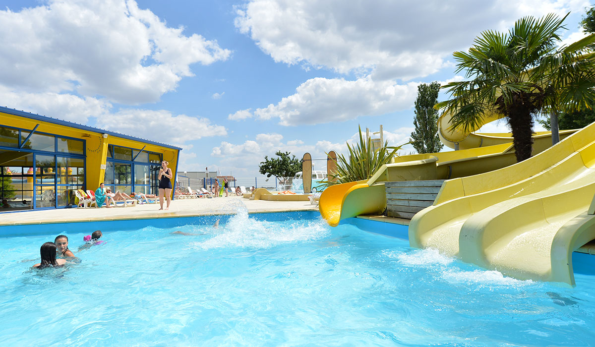 Camping club domaine des guifettes 3 toiles lu on toocamp for Camping maine et loire avec piscine