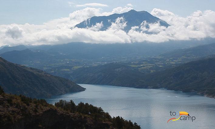 Le magnifique lac de Serre-Ponçon dans les Alpes du sud
